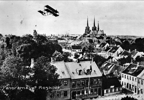 1914? Prospektkort, med flyvemaskine over Roskilde.